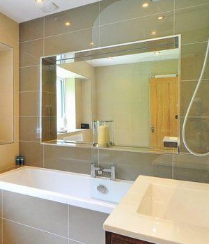 Miroir encadré salle de bain